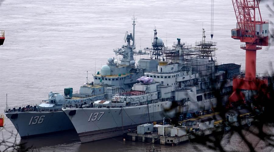 大陸從俄羅斯購入的4艘現代級導彈驅逐艦已陸續改造升級完成,圖中為136杭州艦與137福州艦。(圖/微博@_老年_)