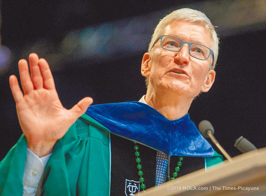 蘋果執行長庫克出席杜蘭大學應屆畢業典禮,發表演說。圖/翻攝自杜蘭大學