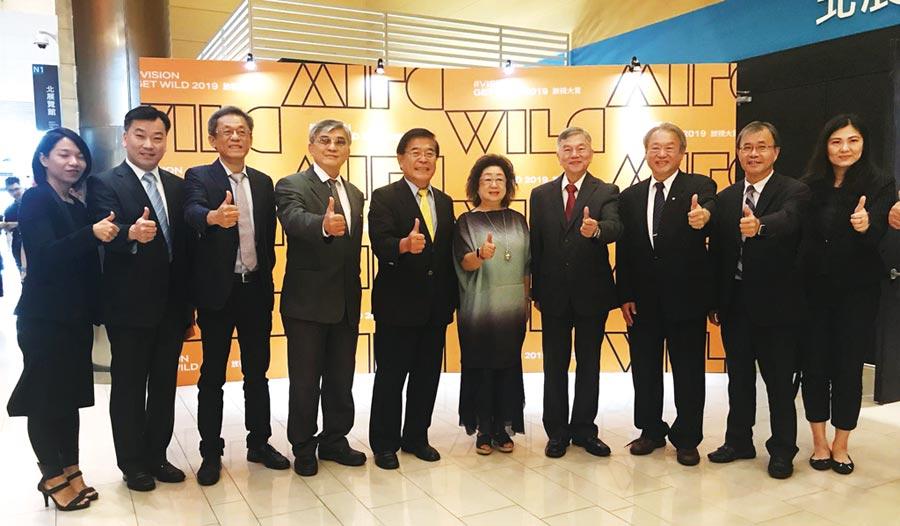 經濟部長沈榮津(右四)與貴賓出席「放視大賞」數位跨域設計展。圖╱工業局提供
