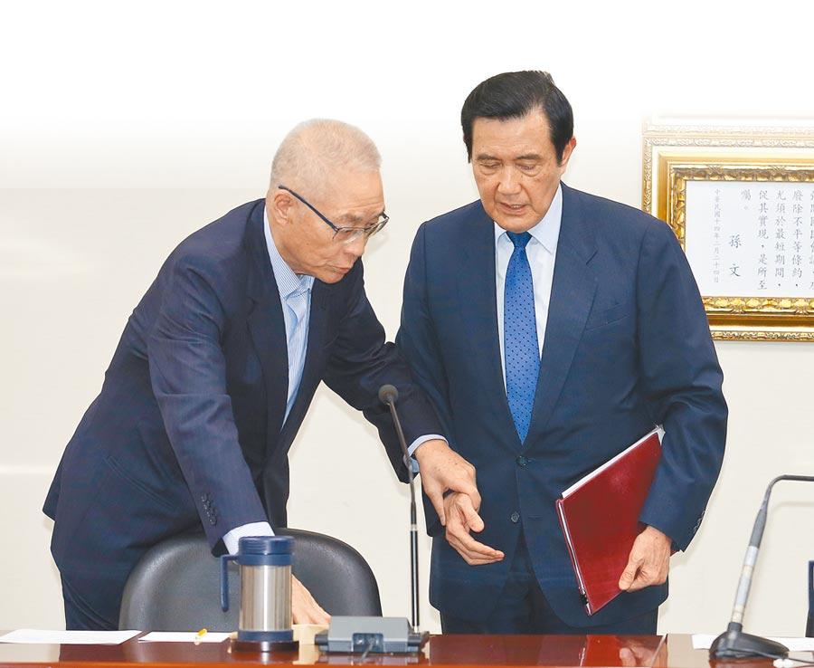 前總統馬英九(右)與前副總統吳敦義(左)19日舉行記者會,馬英九表示總統府在3年出境管制時間期滿前兩天,沒有事先預告,就恣意延長管制兩年。(陳怡誠攝)