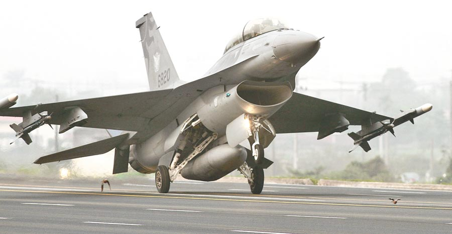 圖為F-16戰機在麻豆戰備跑道降落,跑道上還有飛鳥在飛行。(本報資料照片)