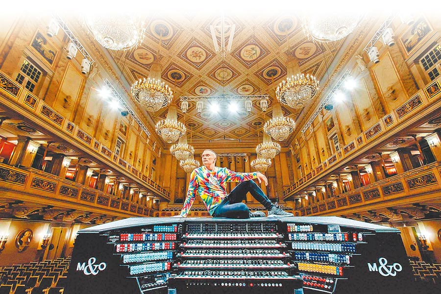 管風琴演奏家卡麥隆‧卡本特用顛覆的方式演奏管風琴,讓管風琴走入大眾,不再只限於宗教欣賞。(牛耳藝術提供)