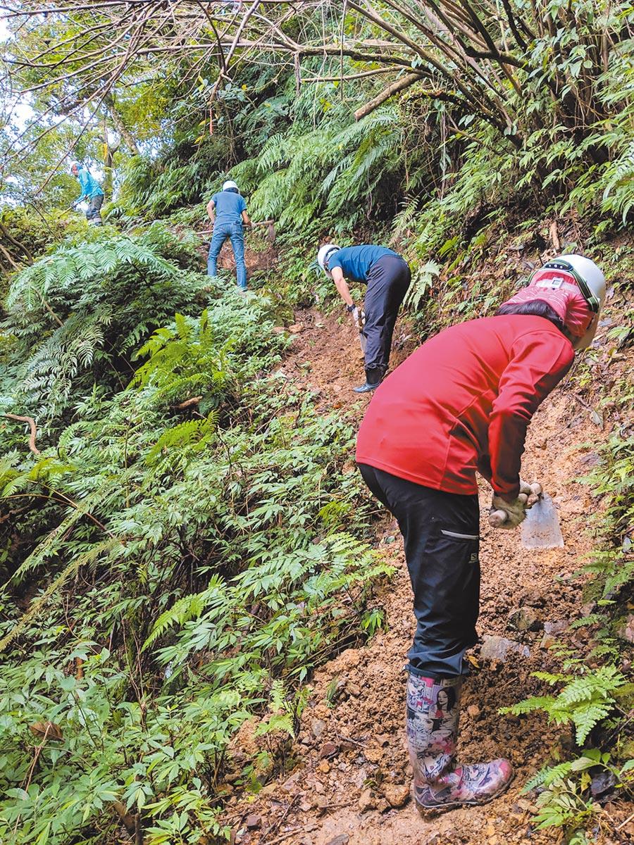 新北市政府與民間NGO千里步道協會合作,以手工方式維護步道、因地制宜、就地取材方式施作淡蘭古道步道,減少對自然山徑、環境生態的干擾。(陳俊雄翻攝)