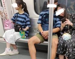 情侶甜蜜搭地鐵 撞衫慘變三人行