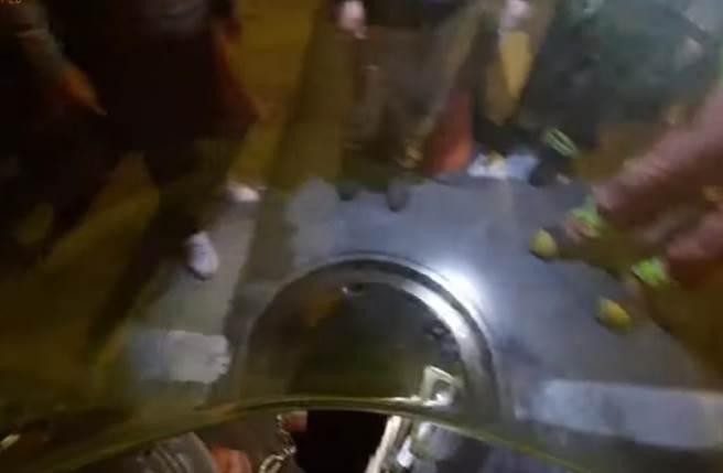 再滑呀!少女低頭滑手機跌落8米深人孔蓋