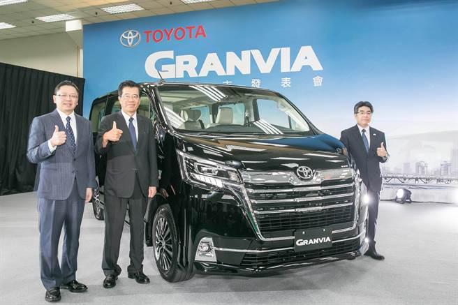 TOYOTA台灣總代理和泰汽車總經理蘇純興(左起)、董事長黃南光,與豐田自動車總工程師石川拓生共同發表新世代豪華商旅車GRANVIA。(和泰汽車提供)