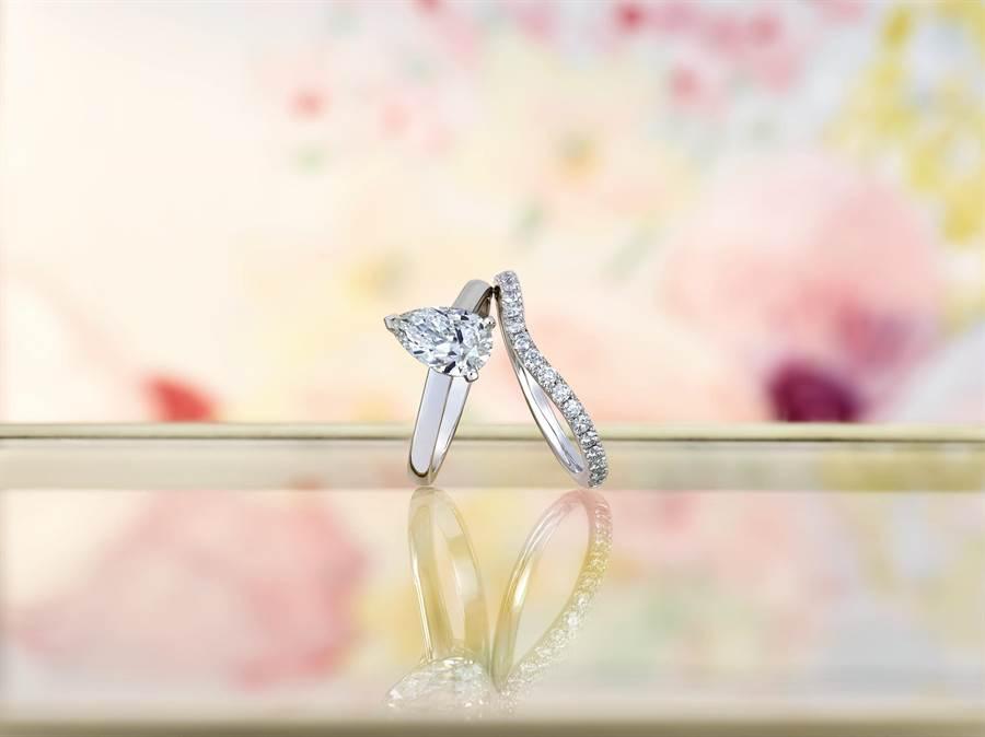 De Beers的DB Classic梨形单钻戒指,主钻1克拉起,39万6000元起。可搭配曲线造型的同系列戒环。(De Beers提供)