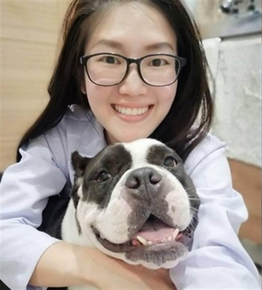 美女獸醫出手救援,救活一條小生命。(圖/翻攝自臉書เพื่อนซี้สี่ขา ประสาหมอมน、Min KWg)