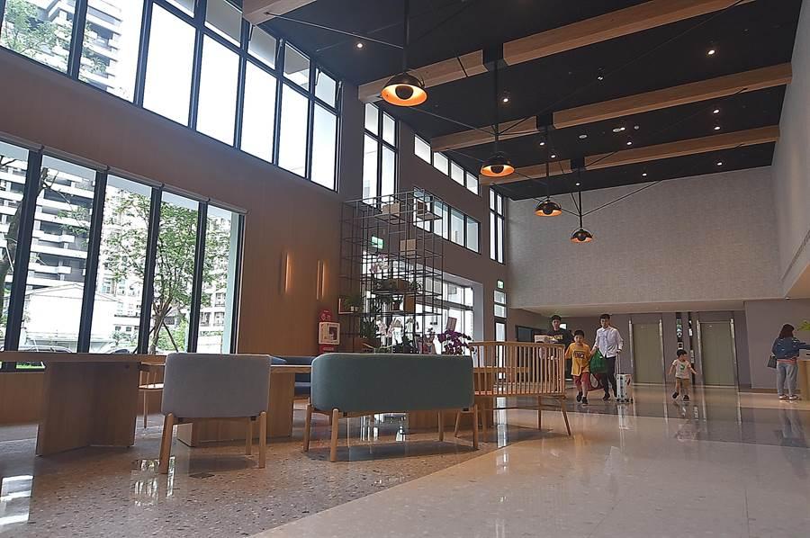 礁溪〈品文旅〉的接待大廳空間寬敞,且設有座位可讓客人休憩。(圖/姚舜)