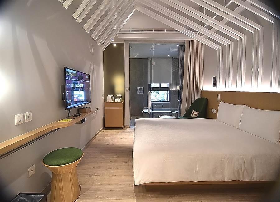 礁溪〈品文旅〉的有些房型是採「溫室」概念設計,天花板有白色斜架象徵將自然引入室內。(圖/姚舜