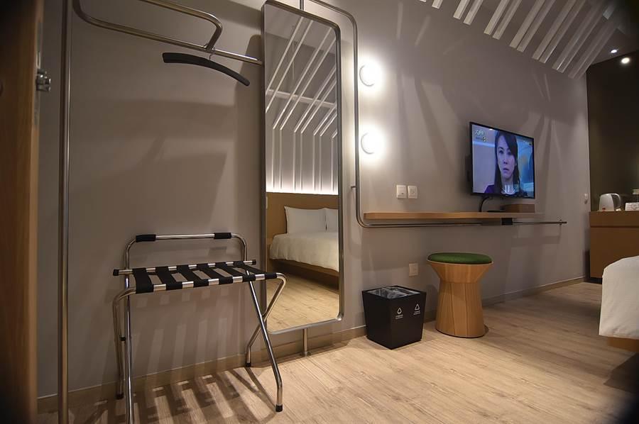 礁溪〈品文旅〉客房中的掛衣架與其它家具都採極簡設計,好讓空間更顯舒適。(圖/姚舜)