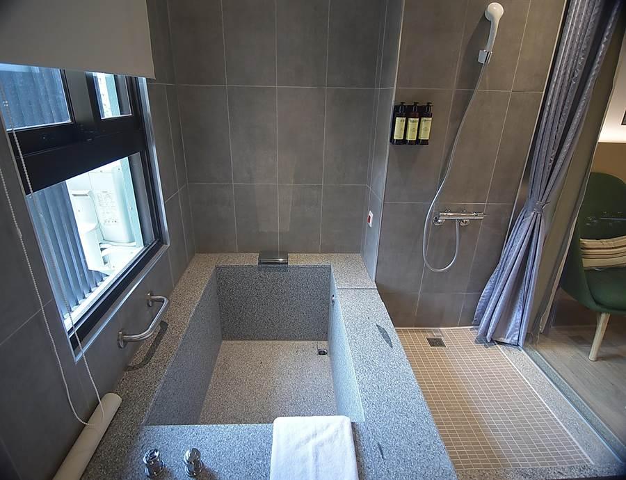 礁溪〈品文旅〉的每間客房都有獨立溫泉浴池,且採「降板」式設計,浸浴更方便舒適。(圖/姚舜)