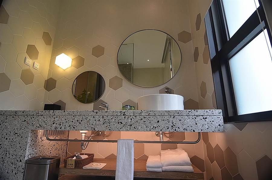 礁溪〈品文旅〉的家庭房規畫有兩個洗臉檯,高的給大人使用,低的讓小朋友用,設計頗周到貼心。(圖/姚舜)