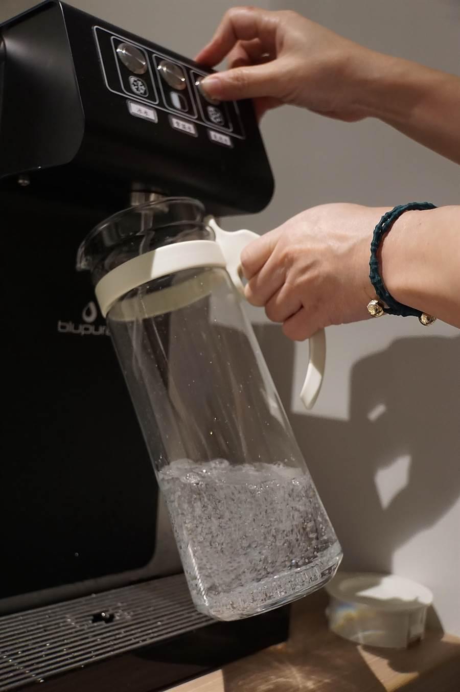 為落實減碳理念,礁溪〈品文旅〉的客房內沒有寶特瓶瓶裝水,而是在各樓層設義大利氣泡飲水機,讓人可持房內環保瓶飲用宜蘭當地水源。(圖/姚舜)