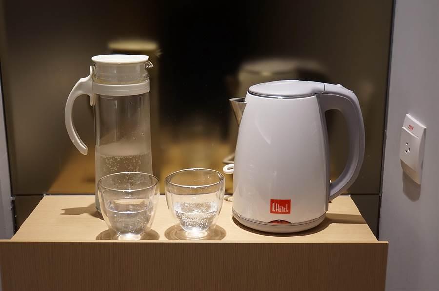 為落實減碳理念,礁溪〈品文旅〉的客房內沒有寶特瓶瓶裝水,也不提供拋棄式備品。(圖/姚舜)