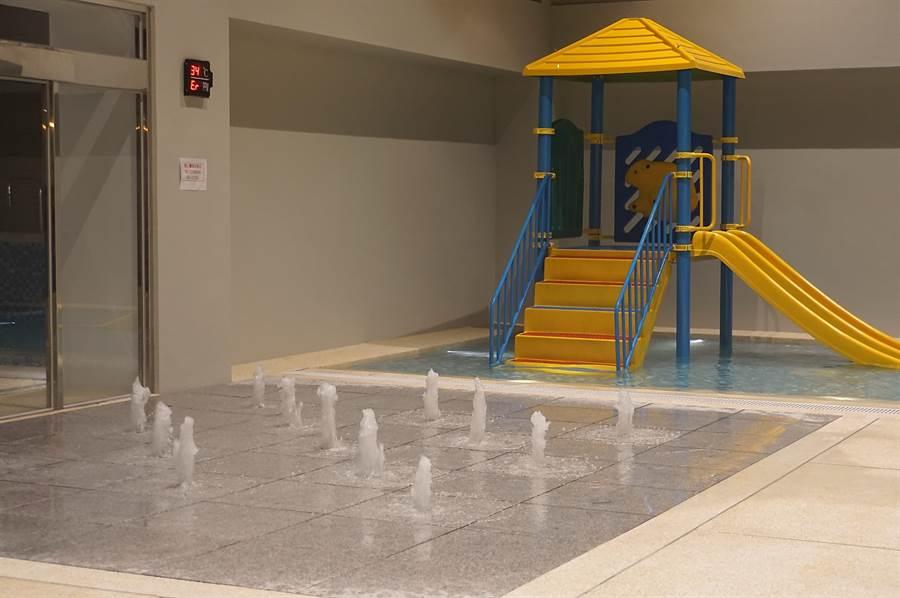 礁溪〈品文旅〉規畫有室內與戶外的溫泉SPA區,圖為室內的小噴泉。(圖/姚舜)