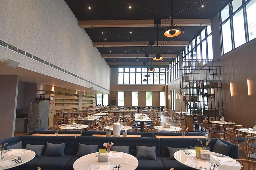 礁溪〈品文旅〉的餐廳〈Rick's〉,挑高很高、採光良好,設有160個座位。(圖/姚舜)