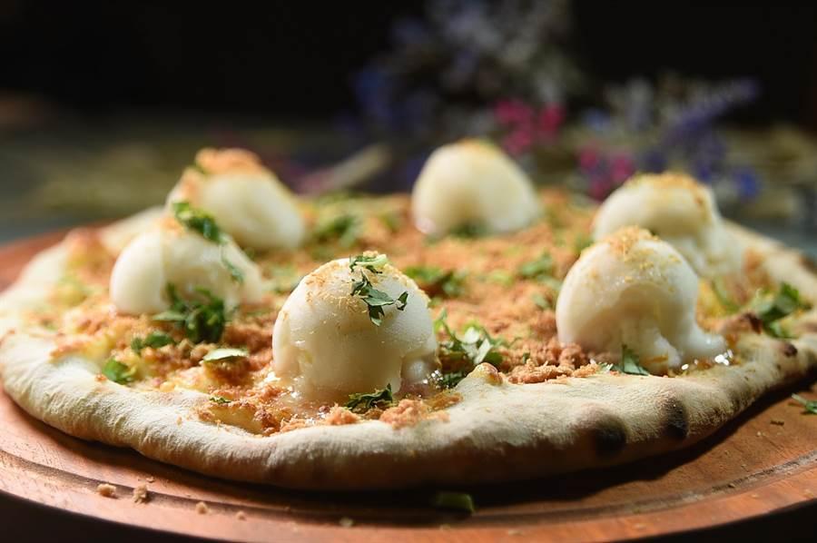 甜味的〈貓王Pizza〉,餡料有起司、花生醬、現磨花生粉,還有鳳梨口味的冰淇淋,風味迷人。(圖/姚舜)