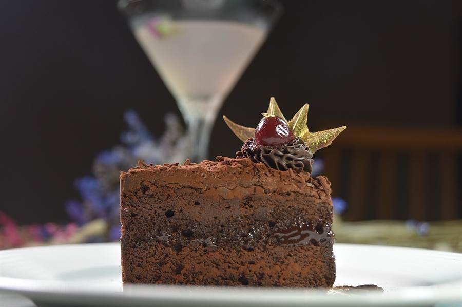 這款巧克力蛋糕用的是62%的苦甜巧克力製作,並加了葛瑪蘭威士忌增加風味。(圖/姚舜)