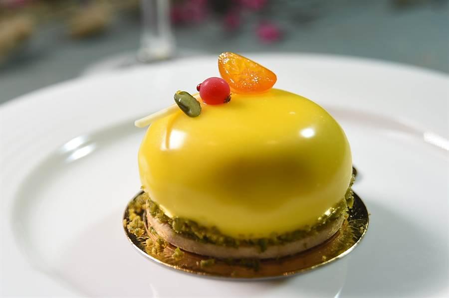 這款形色誘人的甜點,用了金棗與蜜香紅茶製作,體現在地風味。(圖/姚舜)