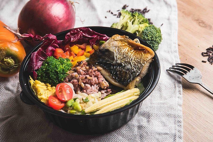 誠品信義店3F知味市集  uMEAL優膳糧 挪威薄鹽鯖魚定食。(誠品提供)
