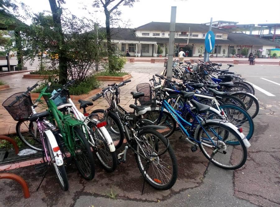 雲林縣斗南火車站前不論汽機車都一位難求,就連腳踏車也無處停,只能停在紅線上。(許素惠攝)