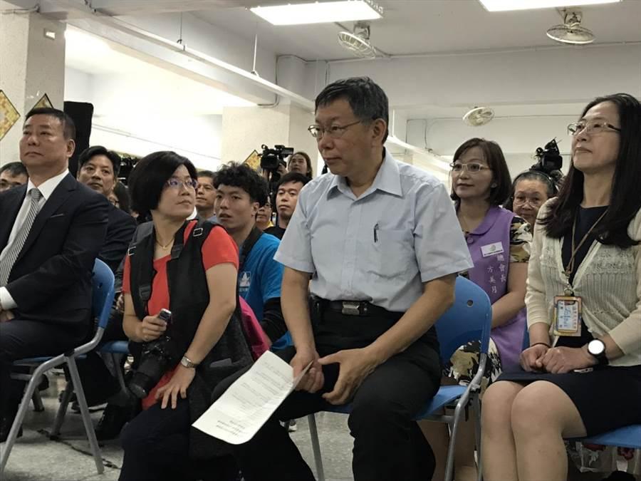 台北市長柯文哲今出席「台北市電器商業同業公會捐贈福安國中暨富安國小冷氣設備典禮」。(張潼攝)