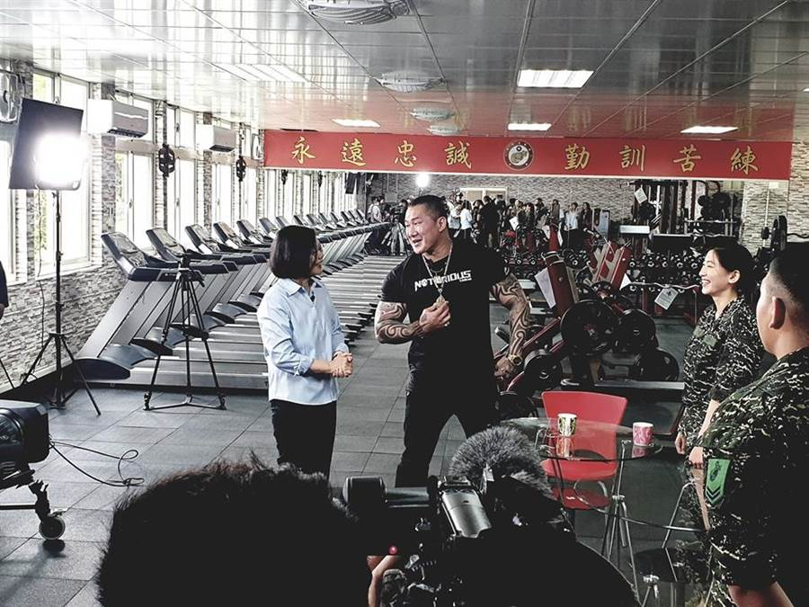 「館長」日前參與莒光園地拍攝,蔡總統探班。(擷取自飆捍臉書)
