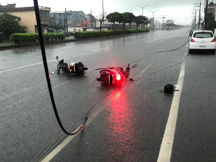 周男騎機車被掉落的高壓電線觸電倒地,今天凌晨宣告不治。(陳淑娥翻攝)