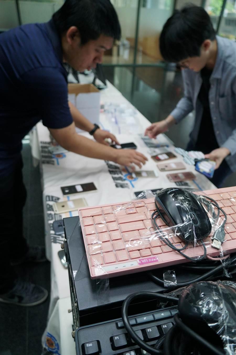 刑事警察局電信偵查大隊第二隊查獲六合彩簽賭網站,查獲手機、電腦、現金、帳冊等相關證物。(黃國峰攝)