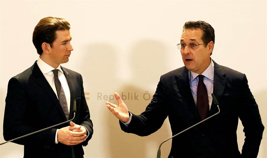 奧地利通俄醜聞已演變成一場政治鬥爭,聯合政府中半數閣員請辭報復,政府唱空城。圖左為總理庫爾茨,右為這場通俄醜聞的主角人物副總理史特拉赫。(圖/美聯社)