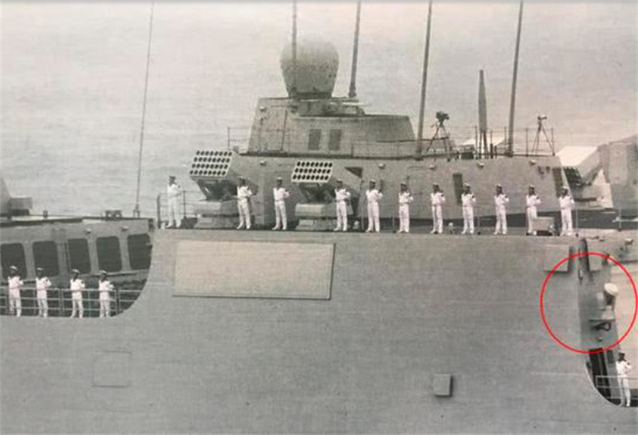位於055型驅逐艦直升機庫邊上的小雷達,疑似艦載機精密「進近」控制雷達。(網路)