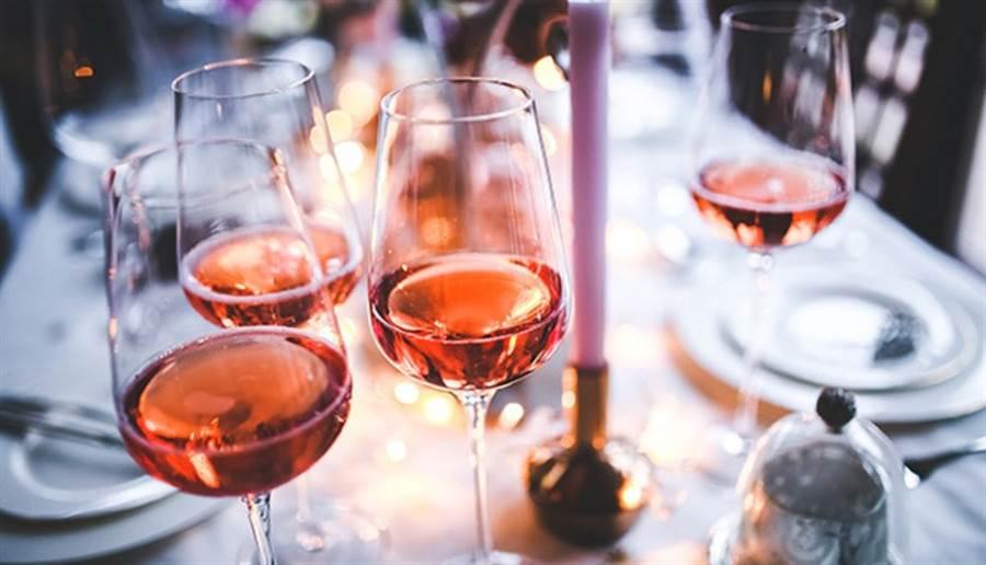 臉紅、頭痛、心悸症狀是身體的保護機制,代表身體無法代謝酒精。(圖/pixabay)
