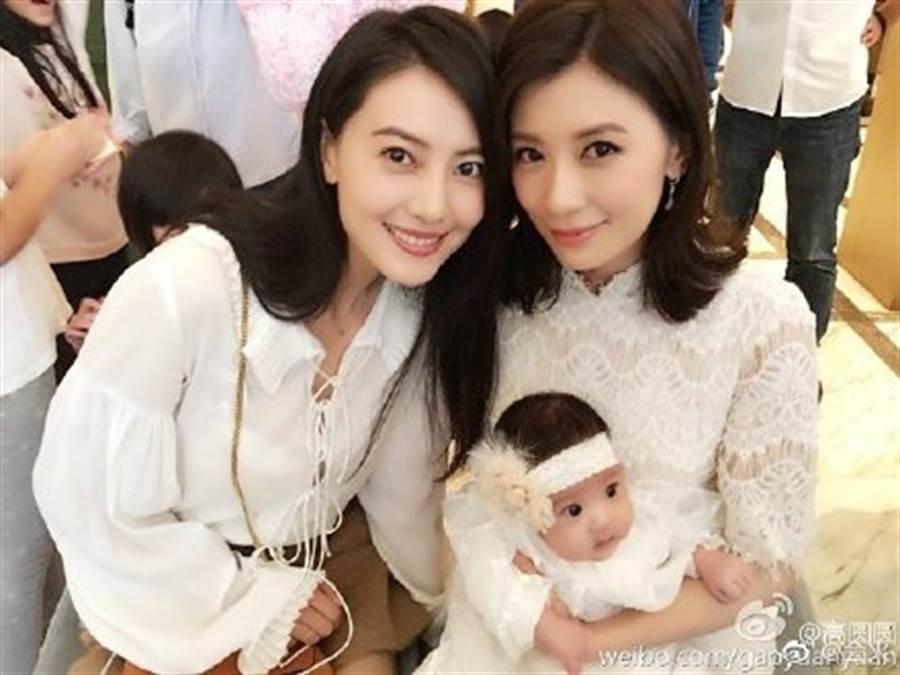 現在兩人互相成為對方女兒的乾媽,高圓圓也是賈靜雯女兒咘咘的乾媽。(圖/翻攝自微博)