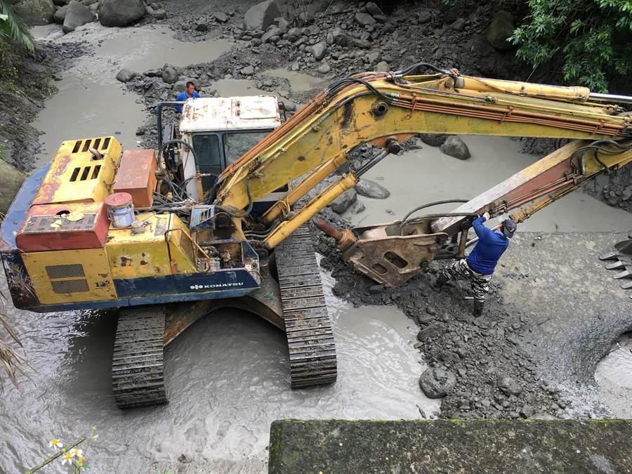 南化老農失聯,警消出動怪手開挖溪床搜尋。(劉秀芬翻攝)