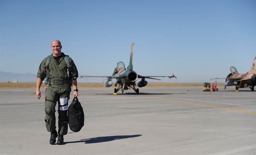 圖為美國奈利斯空軍基地的第64侵略者中隊,該中隊以F-16模擬敵方戰機,擔任空戰對抗中的假想敵,對空軍飛行員進行空戰訓練。(圖/美國空軍)