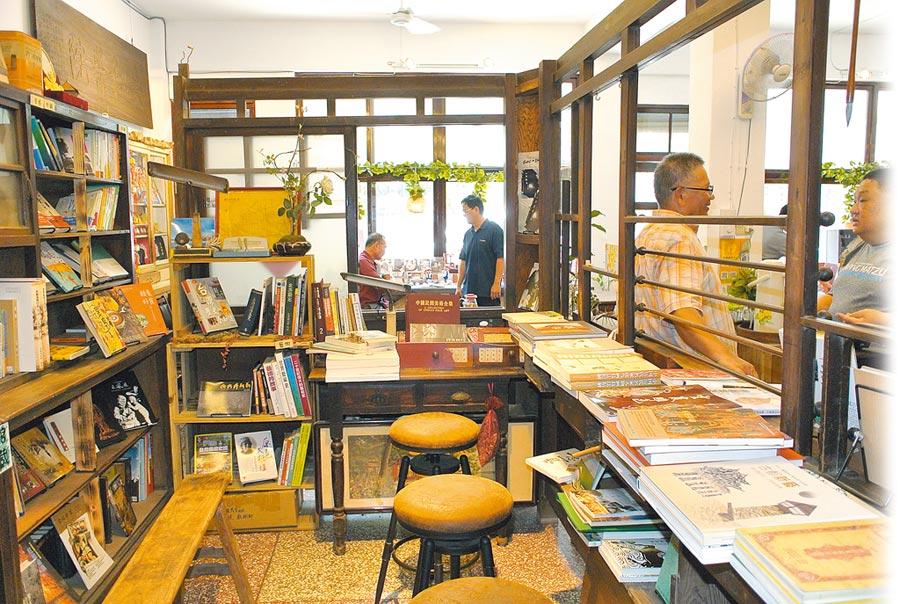 雲林縣北港鎮光明屋獨立書店木製藥櫃改造成書櫃,變成半開放式的閱讀空間。(張朝欣攝)