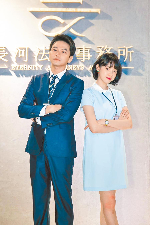 程予希(右)和楊銘威在劇中都是菜鳥律師,兩人戲外互動逗趣。