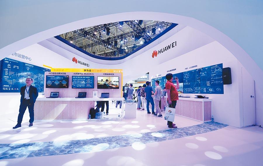 5月16日,第三屆世界智能大會在天津開幕,觀眾參觀華為展台。(新華社)