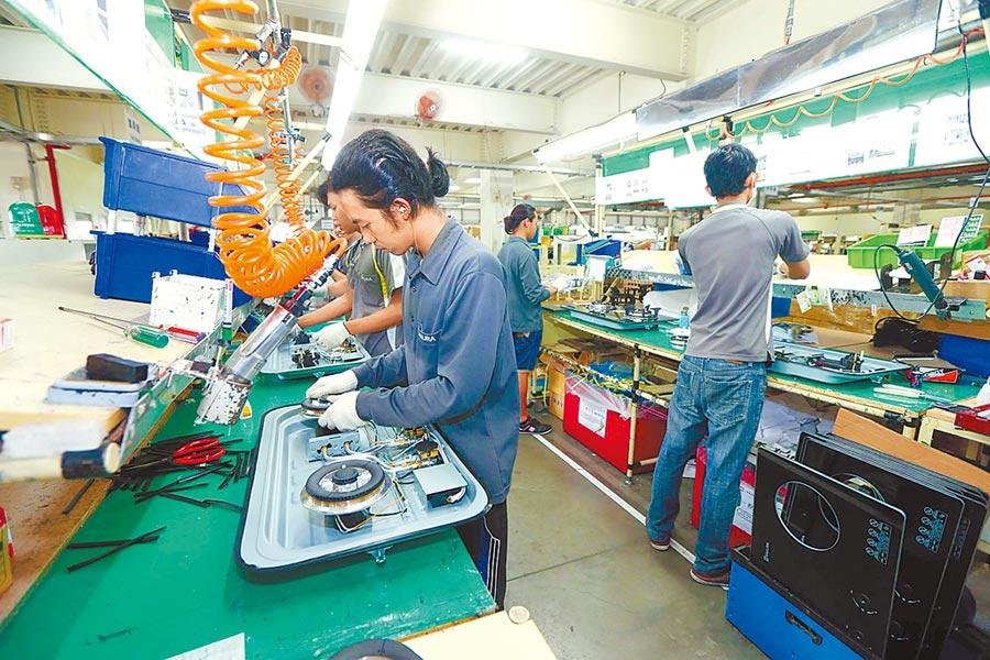 工作人員在製造業生產線上作業。(本報系資料照片)