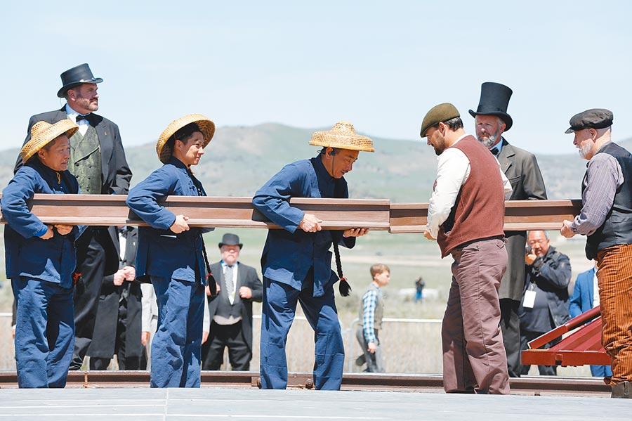 為紀念美國第一條橫貫大陸鐵路建成150周年,現場重現了當年鐵路合龍的歷史瞬間。(CFP)