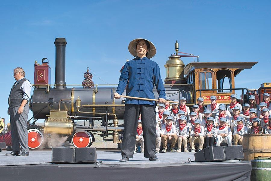 紀念美國太平洋洲際鐵路接軌150周年的「金釘節」在美國鹽湖城舉辦,打扮成鐵路華工的演員在舞台上表演。(中新社資料照片)