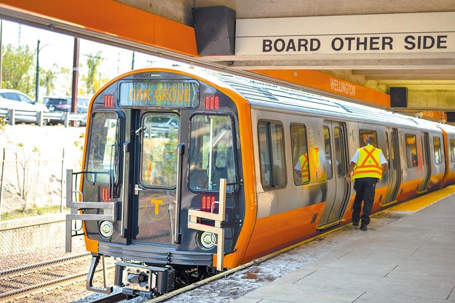 中車長客為波士頓橙線地鐵「量身訂製」的列車,讓波士頓百年地鐵煥發新生機。(新華社資料照片)