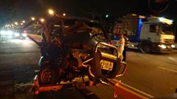 小貨車駕駛疑迴轉釀禍 遭對向車撞上重傷