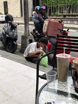 國中生拿塑膠袋埋頭蹲路邊 他靠近一看暖哭