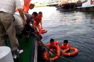 直擊!救生圈拉不起來 海巡跳水救人