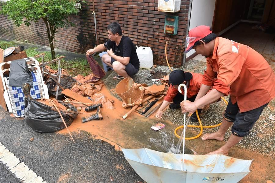 埔里鎮新埔里鎮社區出現泥流災情,災民忙著清理被泥水泡爛的家當。(廖肇祥攝)