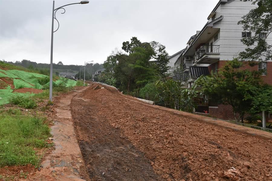 埔里鎮新埔里鎮社區出現泥流災情,災民指出,禍首就是後院後方未做好水土保持措施的新建案。(廖肇祥攝)