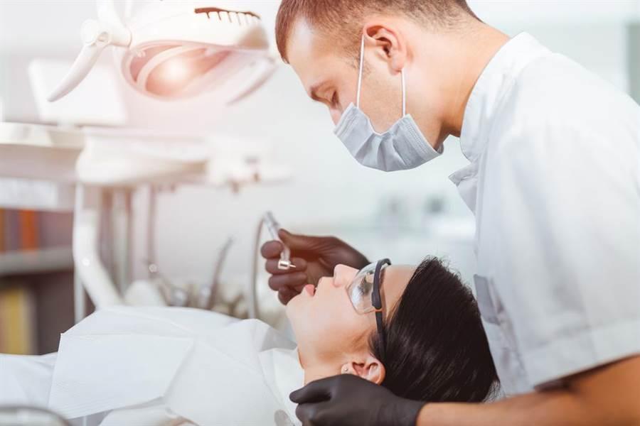 英國有牙醫診所爆出醫療器材未確實消毒,病患恐有染愛滋風險。(圖/達志影像)