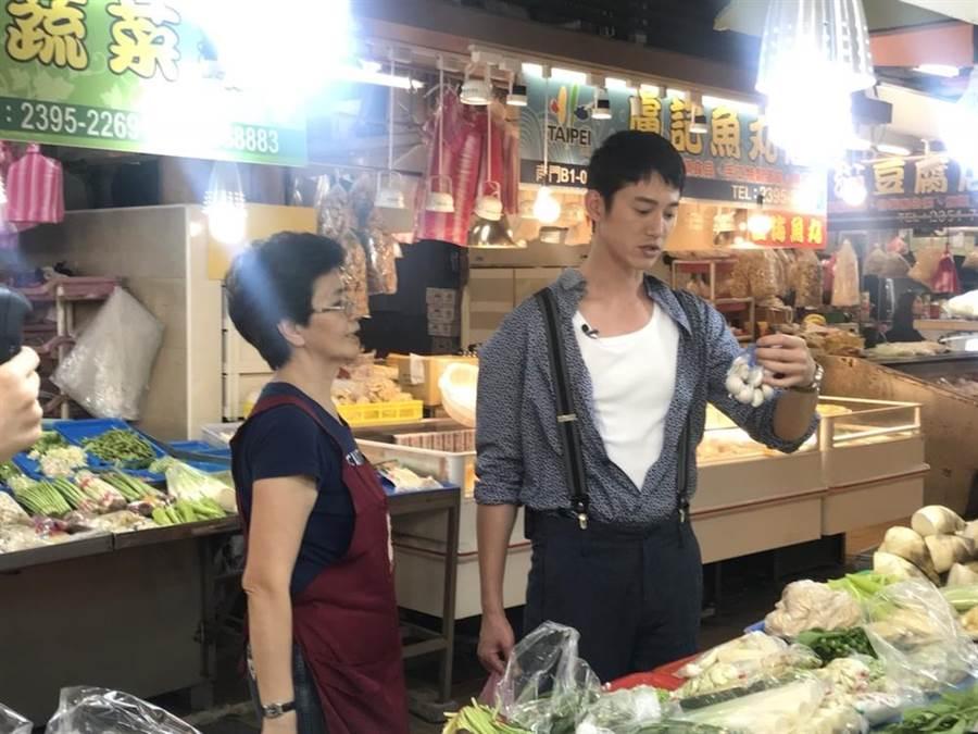 吳慷仁為戲宣傳,到南門市場買菜。(華映提供)